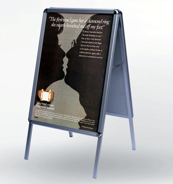双面海报架  ◆双面海报架,又称为三角架,海报架,pop三角架/商场促销